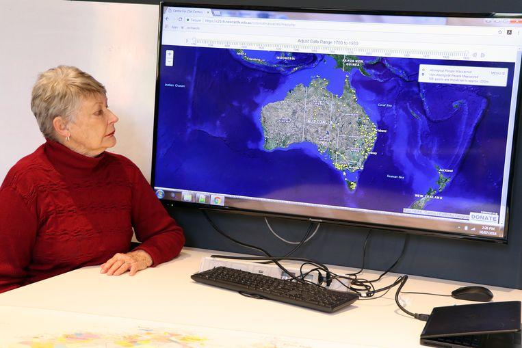 Universiteitsprofessor Lyndall Ryan met een digitale kaart van de bloedbaden