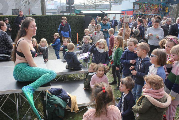 Sieglinde betovert enkele kinderen tijdens het event van Over.morgen aan de Oude Vismijn.