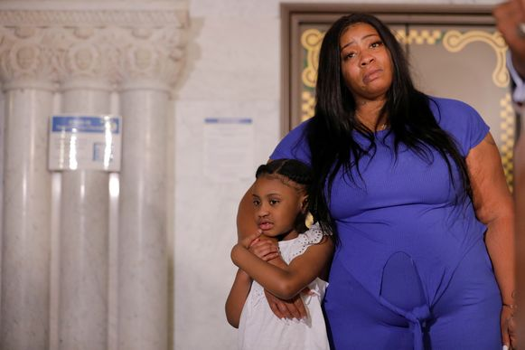 George Floyds dochtertje Gianna (6) en haar moeder Roxie Washington vlak voordat ze de pers toespreken.