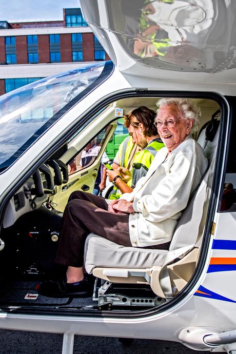 Allerlaatste wens komt uit: Tannie (105) vliegt over Rotterdam