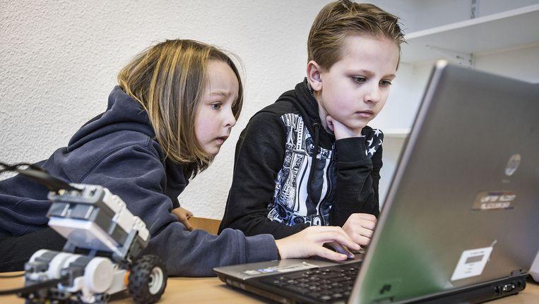 Kinderen van groep 7 van de Mediaschool werken aan projekt