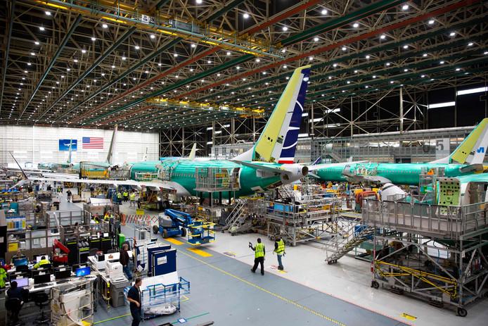 In de fabriek in Washington werkt Boeing aan een 737-toestel.