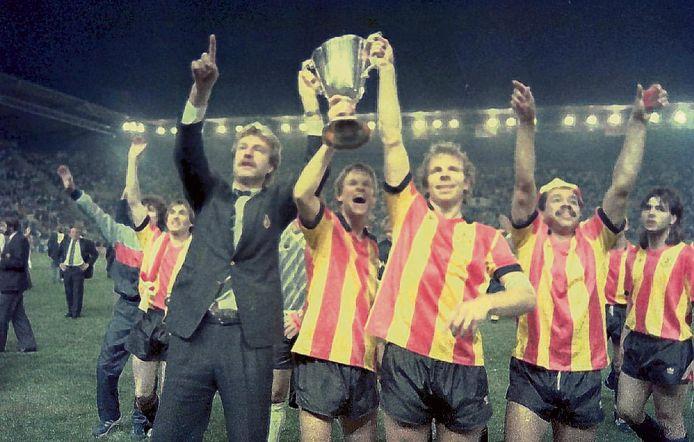 Aad de Mos, Erwin Koeman en Lei Clijsters houden de Europa Cup II omhoog na winst in de finale op Ajax in 1988.