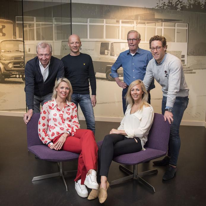 Van Keulen interieurbouw. Vlnr: zittend Nicole en Marloes. Staand vlnr: Joop, Paul, Jan en Ernest Jan van Keulen