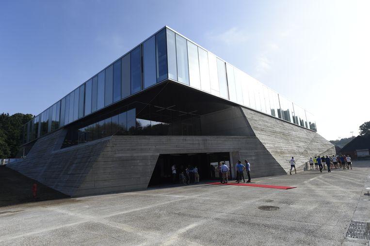 De nieuwe sportschool heeft ondere andere een enorme sporthal, twee ruimtes voor judo en taekwondo, een fitness, kinesitherapieruimtes en een groot aantal kleedkamers.