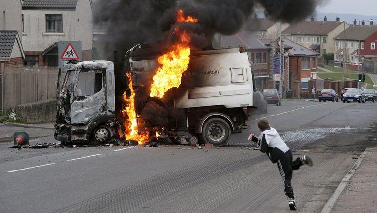 Een brandende, gekaapte truck in Belfast in 2009. Beeld epa