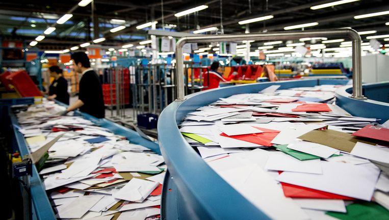 In het ene brievensorteercentrum van PostNL in Amsterdam is veel te doen. Beeld ANP
