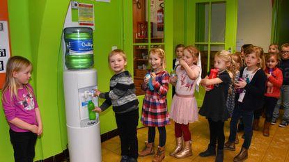 Ook lagere school op flessenwater gezet
