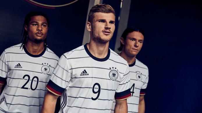 Serge Gnabry, Timo Werner en Nico Schulz poseren in het nieuwe shirt van Duitsland.