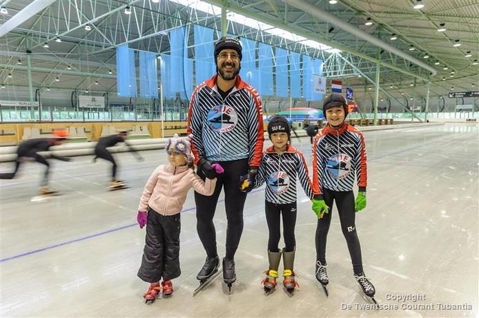 """Adam Handelzalts met zijn dochters: """"Niks mooiers dan glijden over het ijs."""""""