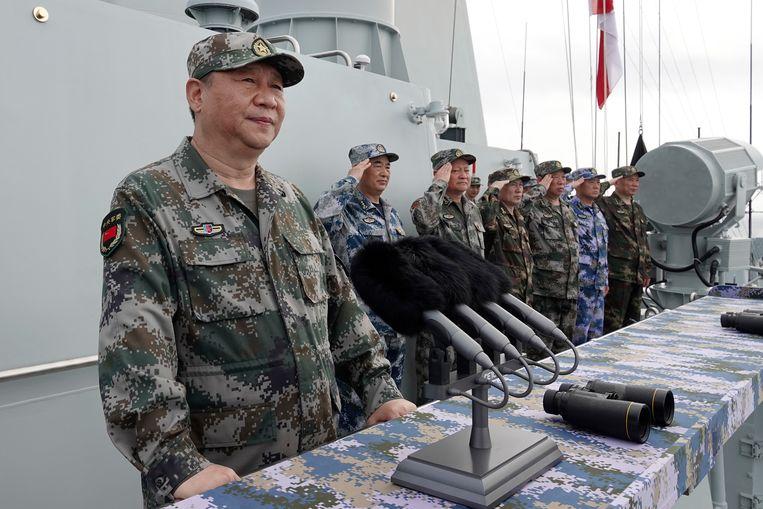 De Chinese president Xi Jinping spreekt de troepen toe na een inspectie van de vloot in de Zuid-Chinese Zee.  Beeld AP