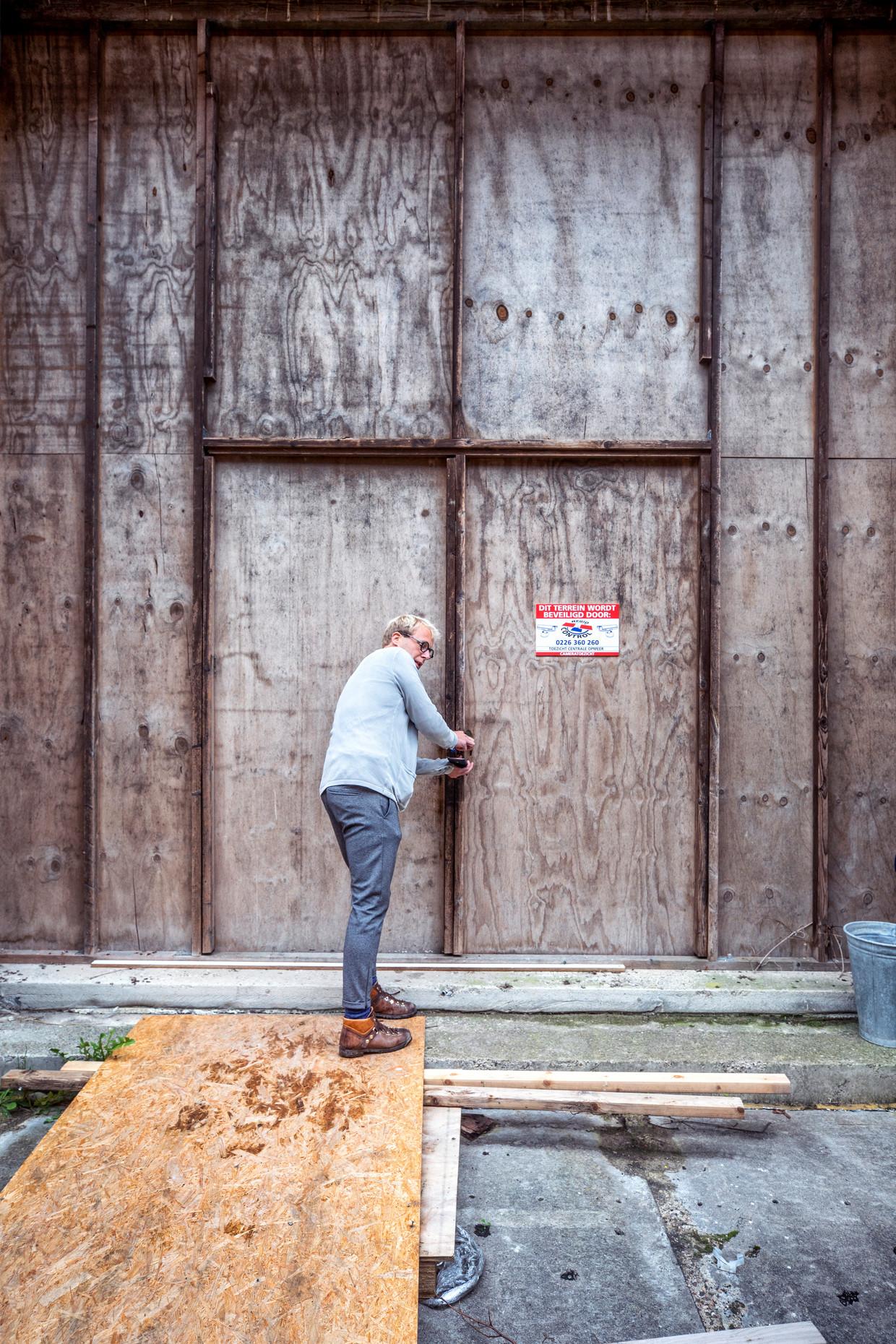 Makelaar Geert Klaver in Opmeer bij het onafgebouwde Scheringa Museum voor Realisme.