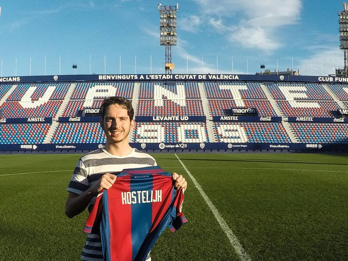 Menno Kostelijk toont trots het shirt van Levante UD.