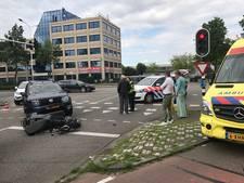Twee jongens zwaargewond na aanrijding op brommer; komen allebei onder andere auto terecht