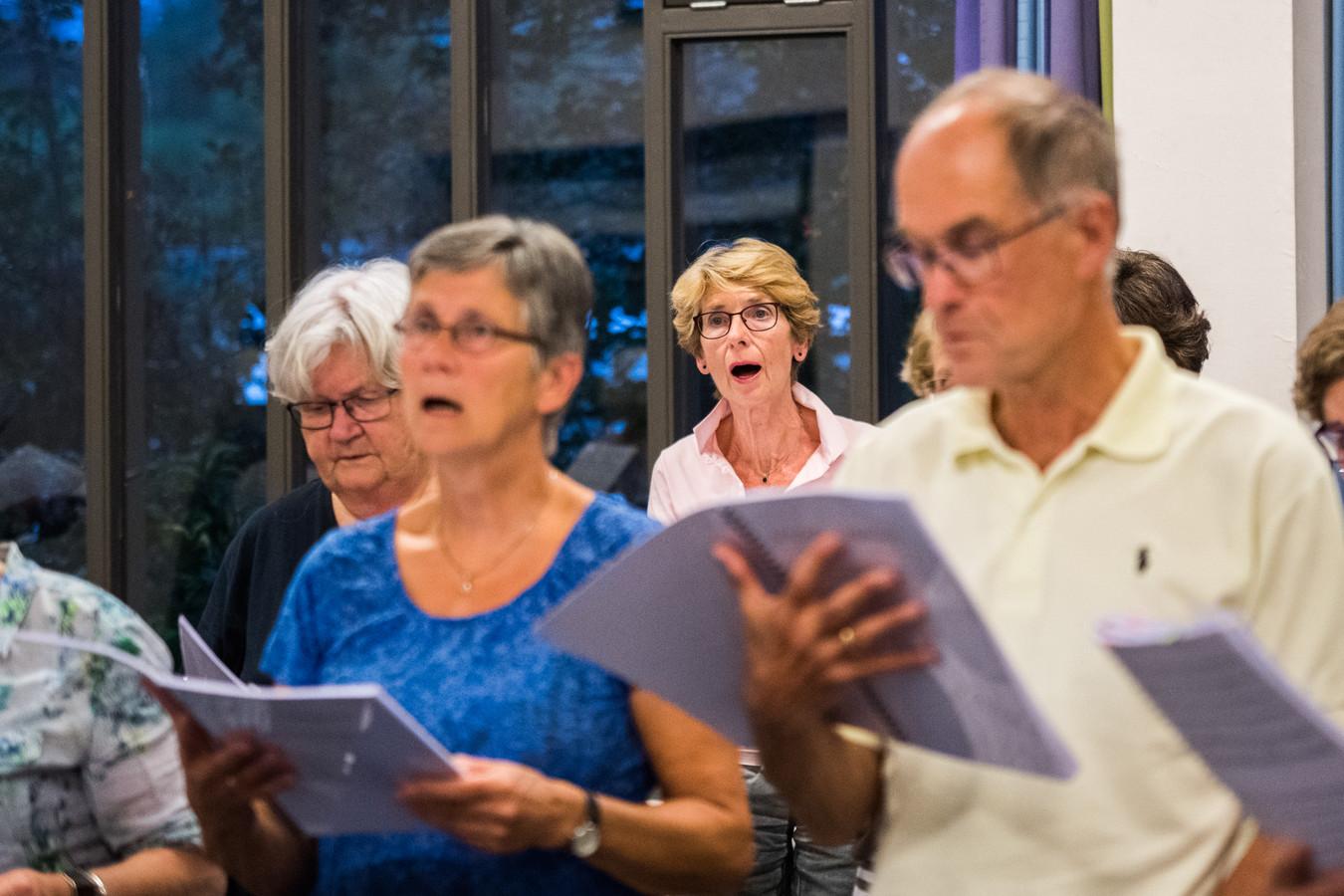 Marijke Liet (in het midden) zingt in het Oratoriumkoor in Dieren.