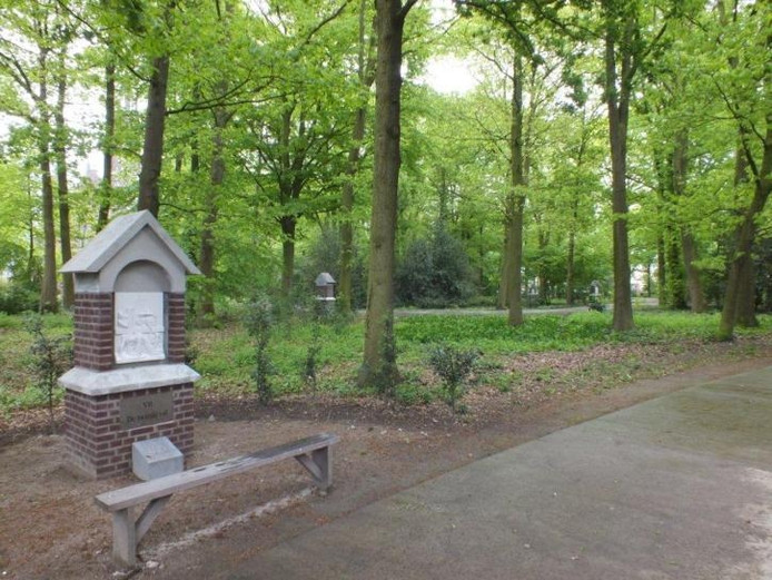 Een van de veertien staties die sinds vorige week weer in het Willebrordse Processiepark staan. Daarmee is een stukje historie teruggekeerd in het park. Tweede pinksterdag worden de staties ingezegend. foto Cees Roeland