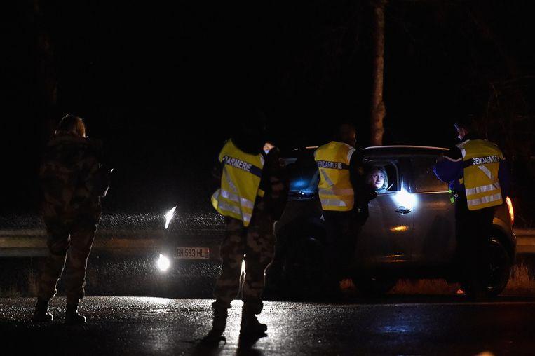 Politieagenten bij een controlepunt in Longpont. Beeld getty