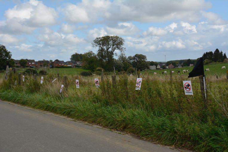 In de Beernaardstraat waren er heel wat affiches en zwarte vlaggen te zien.