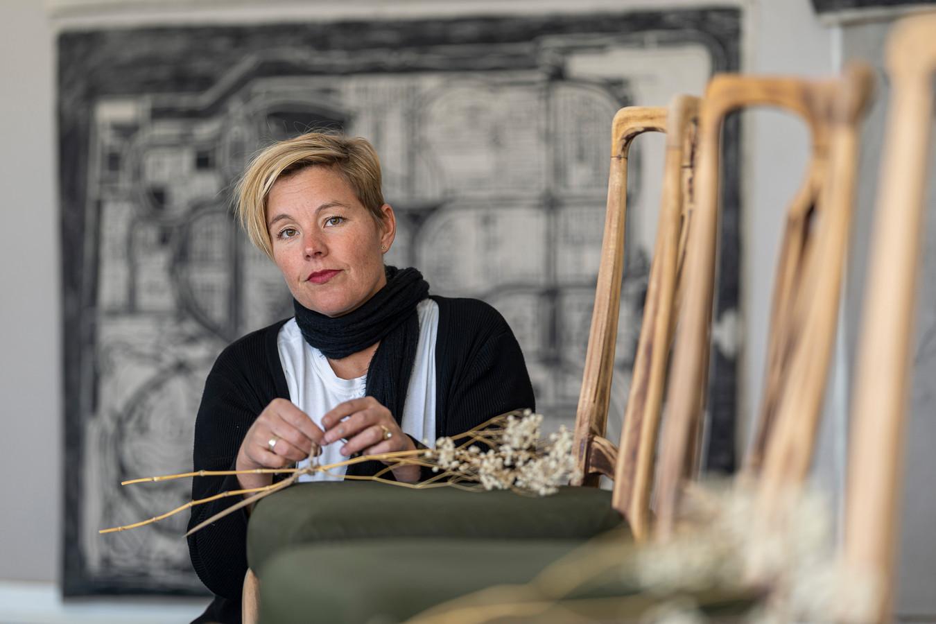 Rosalinde van Ingen Schenau in haar atelier in Brouwershaven