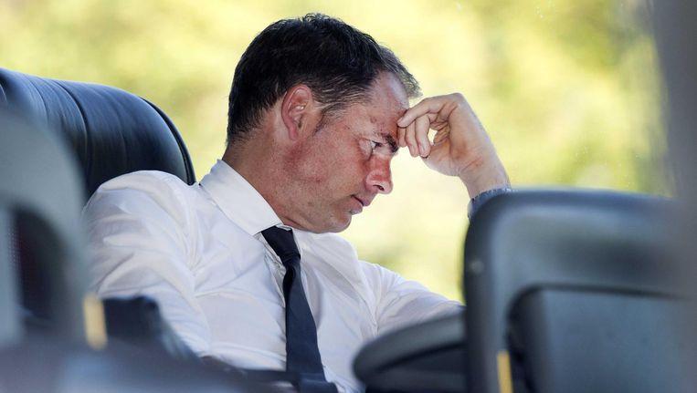 Aan het eind van een bizarre middag gaat Frank de Boer in de spelersbus zitten. Terug naar Amsterdam, zonder schaal Beeld Olaf Kraak/ANP