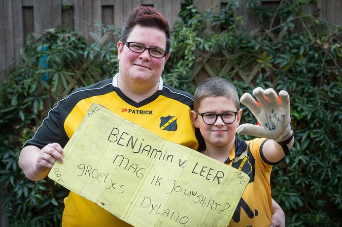 Petra Redert en zoon Dylano met de achterzijde van het handgeschreven bordje, waarmee Petra bij Fox vol in beeld was (inzet).