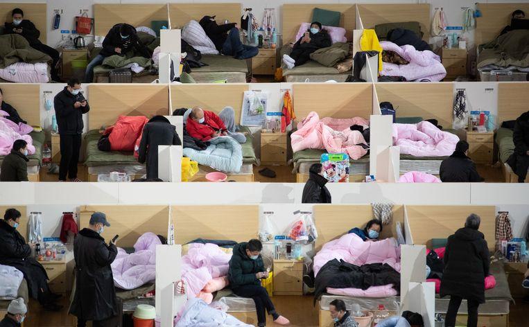 Patiënten bevolken half februari een inderhaast opgetuigd ziekenuis in Wuhan, na de uitbraak van de corona-epidemie. Beeld EPA