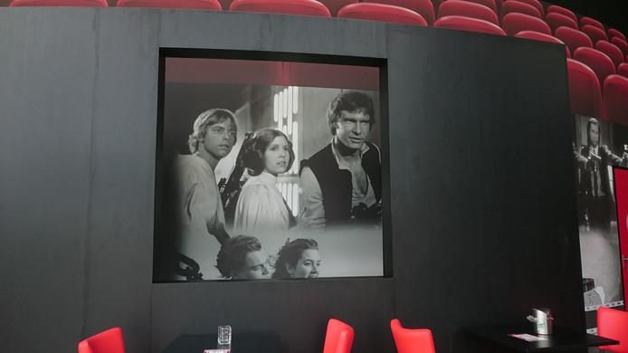 Aan de muren hangen verschillende scènes uit klassiekers, zoals Star Wars.