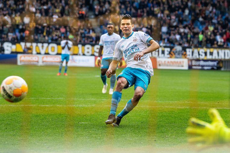 Hirving Lozano benut zijn tweede strafschop, maar kan puntverlies voor PSV niet voorkomen. Beeld Guus Dubbelman / de Volkskrant