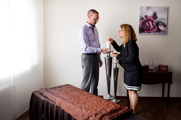 Als een van de nabestaanden dement is, staan uitvaartondernemers Koert Huber en zijn vrouw Sybille Wetzel familieleden bij met advies. Beeld Olaf Kraak