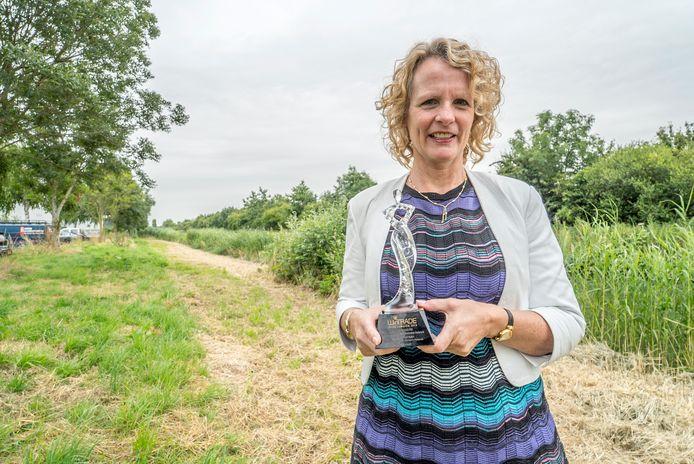 """Tineke Rensen met de WinTradeAward. ,,Ondernemen is supersimpel."""""""