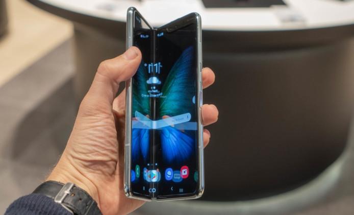 Het scherm van de vouwbare smartphone van Samsung, die in mei ook in Nederland op de markt komt, brak bij veel gebruikers in Amerika al na één dag.