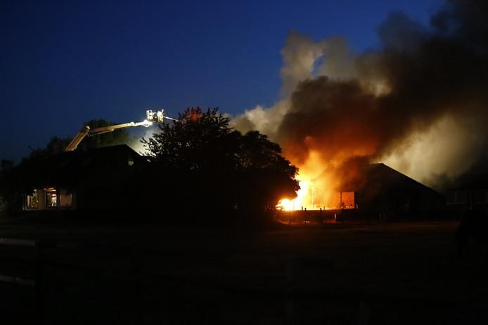 Brand legt grote stal in Gassel in de as.