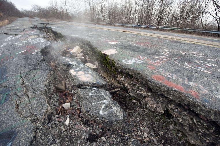 Een snelweg die door het dorp loopt, barstte in 2010 helemaal open door de ondergrondse brand.