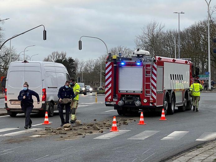 Brandweer en politie bundelden de krachten om de rijbaan weer vrij te maken.