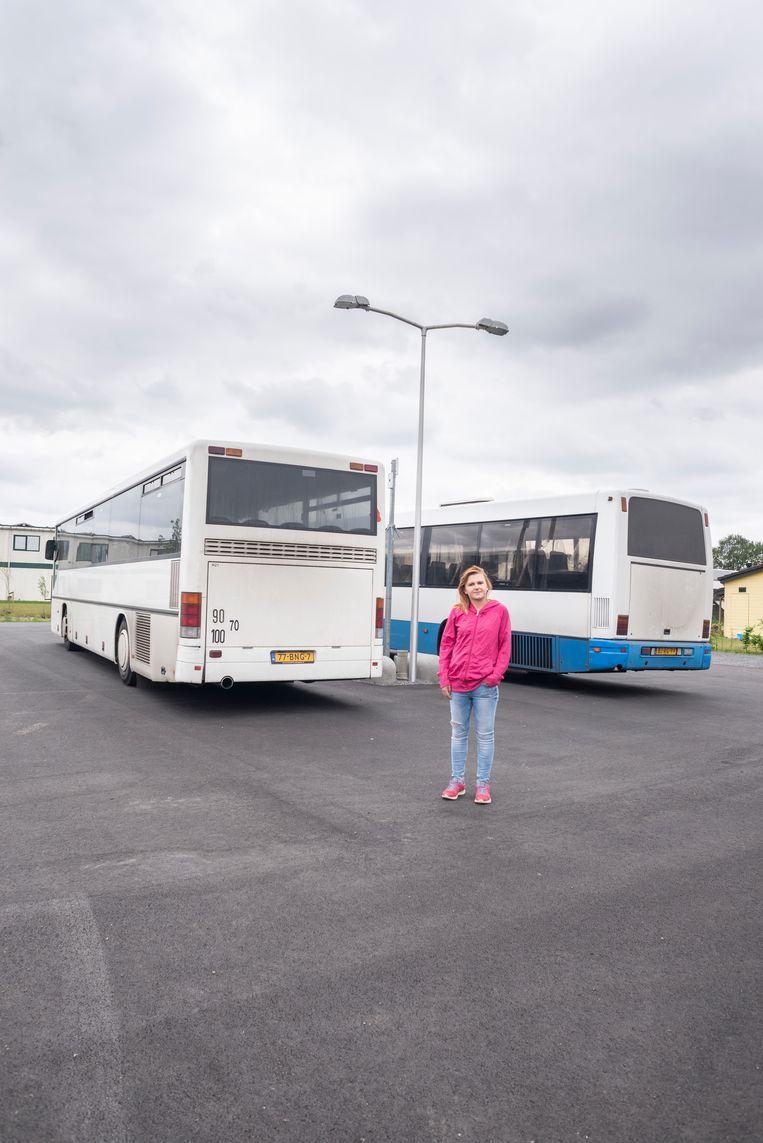 Paulina Karys bij de bussen die haar naar haar huidige werk in Venlo brengen  Beeld Roos Pierson