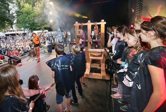 Het festival Breda Barst in het Valkenbergpark in Breda. Optreden van Flip Noorman met schoolknderen uit Breda Foto: Joyce van Belkom/Pix4Profs
