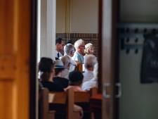Kerkgangers in Kampen bidden tegen koopzondag: 'U onderschat de Heere God'