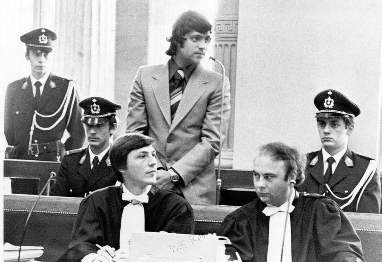 """""""Onweerstaanbare dwang."""" Oftewel artikel '71'. Decennialang kende het juridische begrip een sluimerend bestaan in de rechtszaal. Tot Jef Vermassen er in 1977 — eerder toevallig - zijn eerste vrijspraak mee behaalde en er nadien menige Vlaamse jury mee inpakte. Onze gerechtsverslaggever Erwin Verhoeven blikt terug op de meest opvallende artikel 71-processen. Vandaag: een diefstal en een lijk in het kolenhok."""