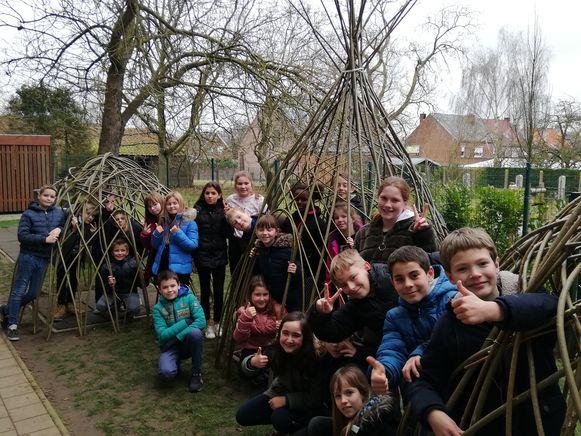 De leerlingen uit de derde graad bouwden enkele wilgententen.