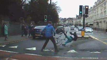 Helden! Dashcam van auto filmt hoe burgers man met mes tackelen tijdens politie-achtervolging