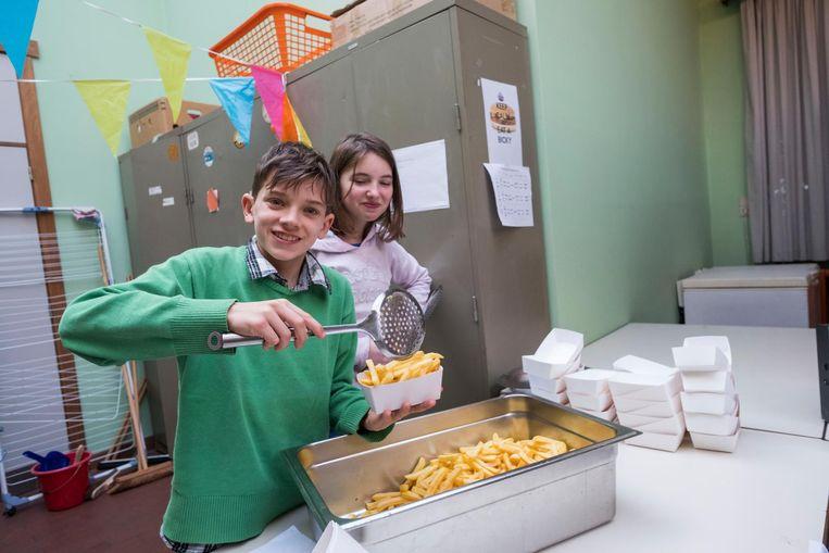 De leerlingen van basisschool Wilgenduin bakken frietjes.