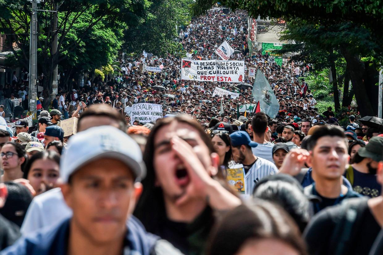 Betogers in de straten van Medellín.