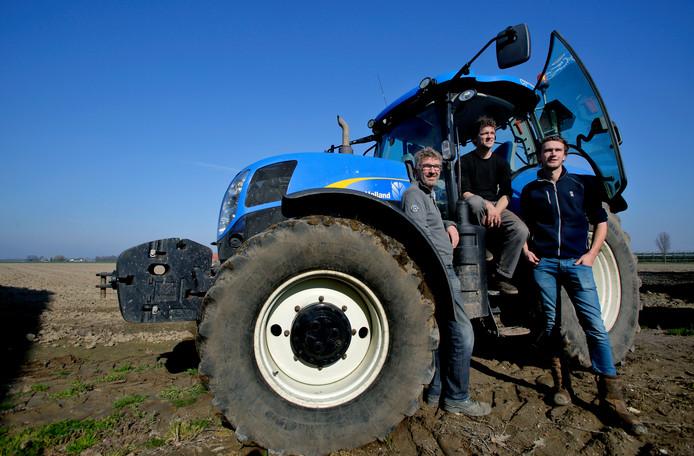Vader Gertjan en neef Rik en zoon Gerben van Dueren den Hollander (vlnr.) bij hun tractor.