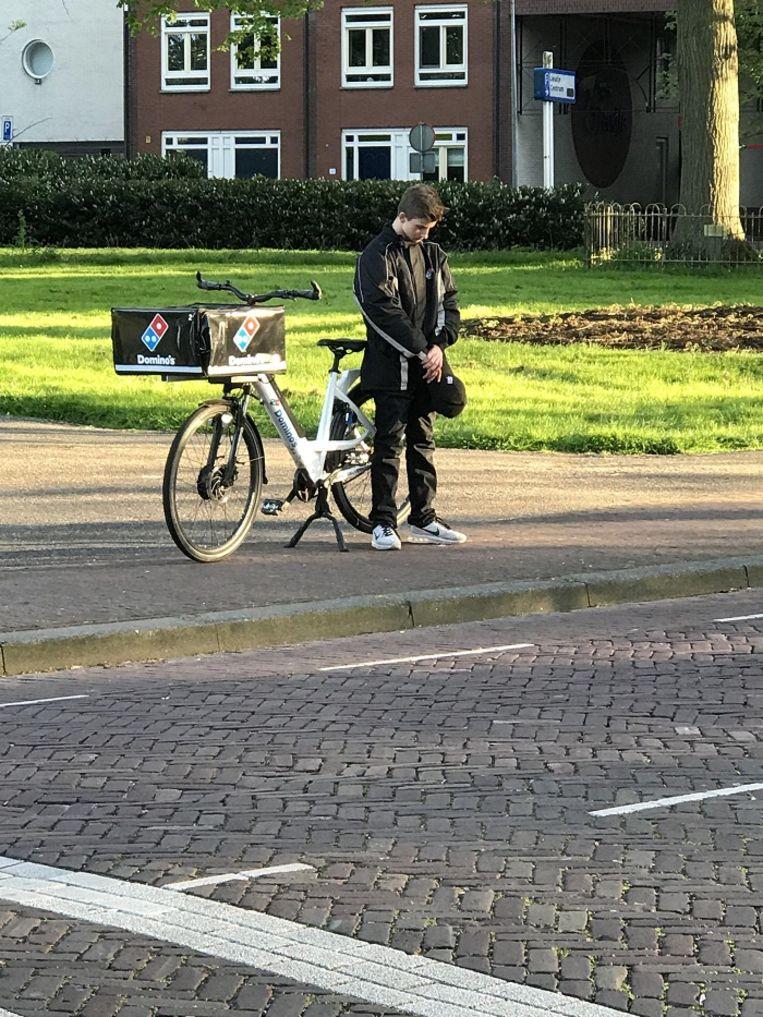 De pizzakoerier stond volgens de maker van de foto helemaal alleen bij een plantsoentje aan de rand van de Hoornse binnenstad.