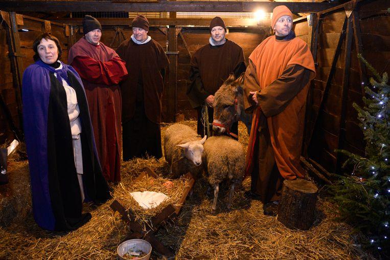 De levende kerststal in Lochristi, kindje Jezus blijft wel een pop.