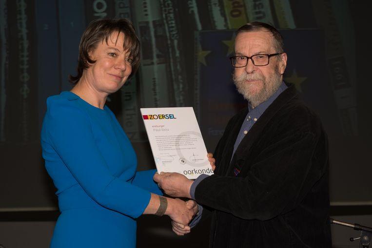 Burgemeester van Zoersel Liesbeth Verstreken kent kunstenaar Paul Ibou de titel van ereburger toe.