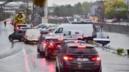 Files en verkeersellende door hevige regen