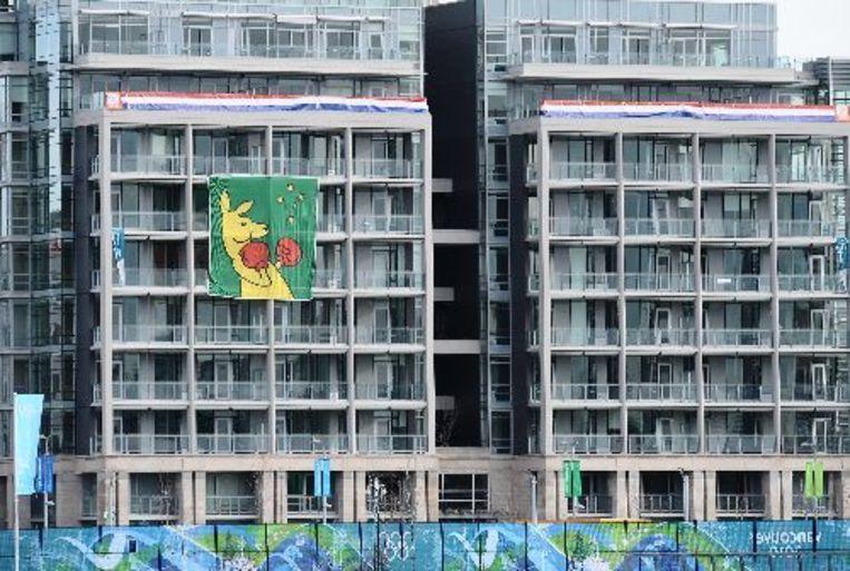De vlag met de boksende kangoeroe hangt aan het gebouw in Vancouver waar de Australische sporters gehuisvest zijn. ANP Beeld
