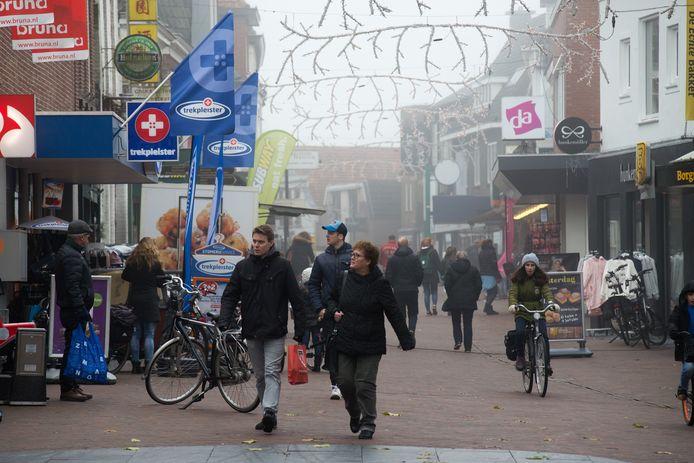 De Voorstraat is de winkelstraat van Hardenberg. Gert Kremer beschrijft in zijn boek hoe het er in de jaren 50 was.