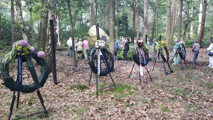 De kransen ter nagedachtenis aan de fusillade.